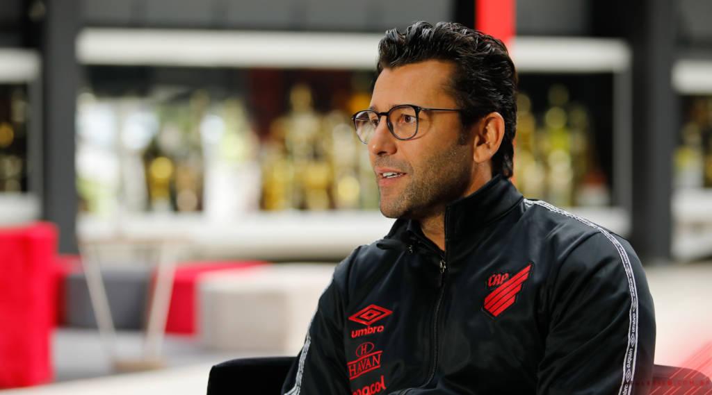 Alberto Valentim vira alvo de críticas no Athletico