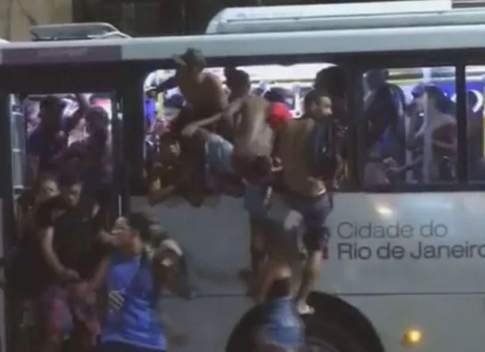 Vandalismo em ônibus no bairro de Copacabana