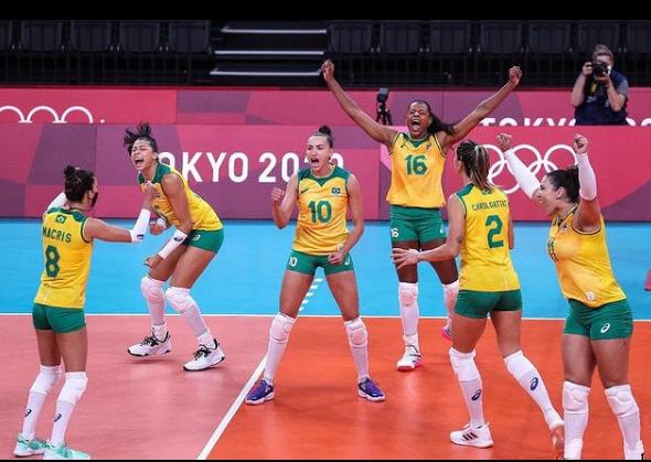 Meninas do Brasil comemoram vitória sobre o Japão. Foto: Reprodução Instagram/ CBV