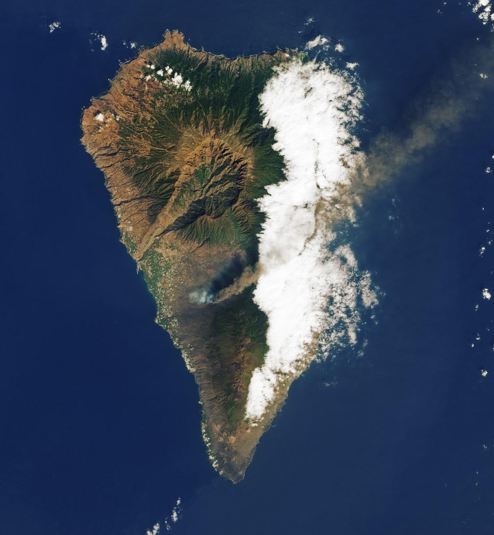 Vulcão em erupção registrado por satélite