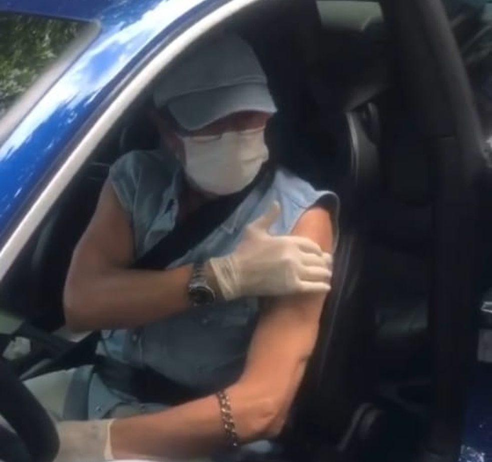 Roberto Carlos sendo vacinado