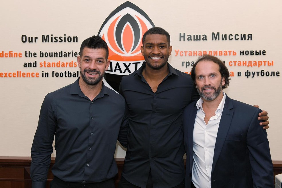 De camisa social preta, Marlon posa para foto entre os dois empresários