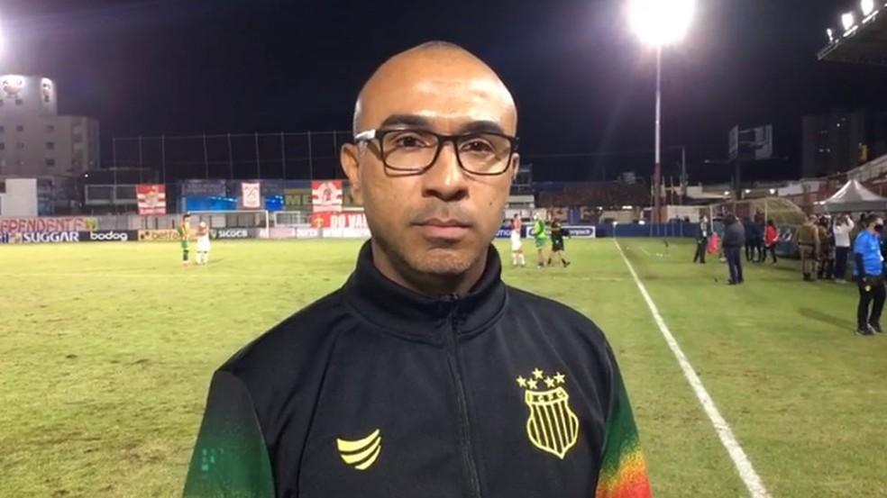 Técnico Felipe Surian está de óculos e casaco preto, do Sampaio Corrêa
