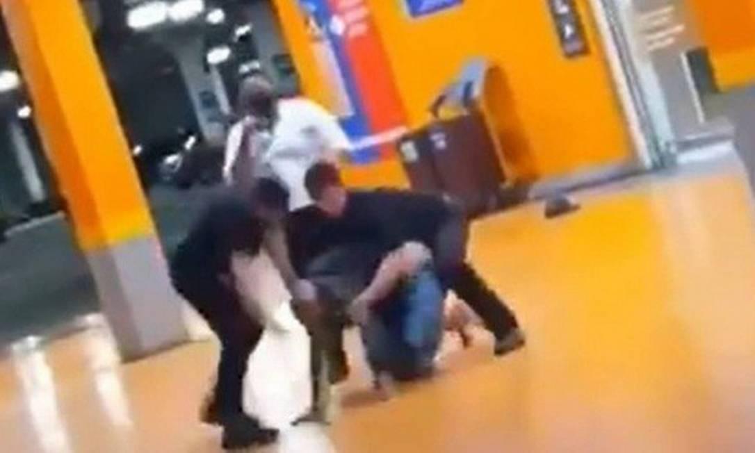 Imagem de homem sendo agredido por seguranças do Carrefour