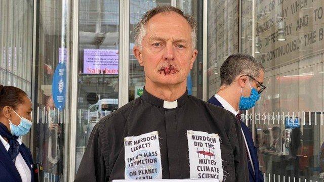 Padre de Londres costura a própria boca como proteste contra alterações climáticas