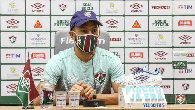 Yago Felipe na entrevista coletiva sentado na cadeira